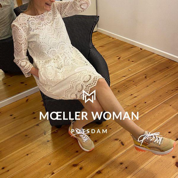 Schaufenster #05 - Kleid und Sneaker, Marc Cain, Frühling & Sommer 2020 - Ihre Adresse für exklusive Damenmode - MOELLER WOMAN - Brandenburger Straße 40, 14467 Potsdam